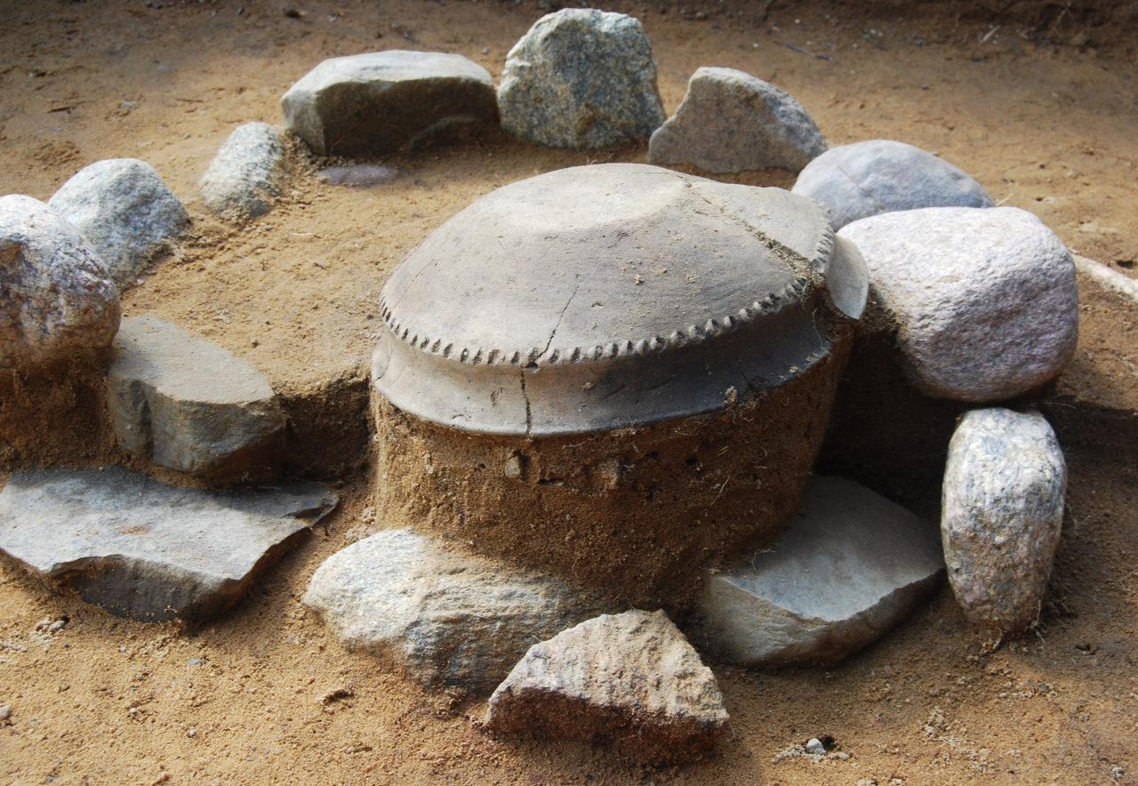 Grób ciałopalny z epoki brązu na nekropoli w Nowym Łowiczu na Pomorzu. Fot. A. Cieśliński